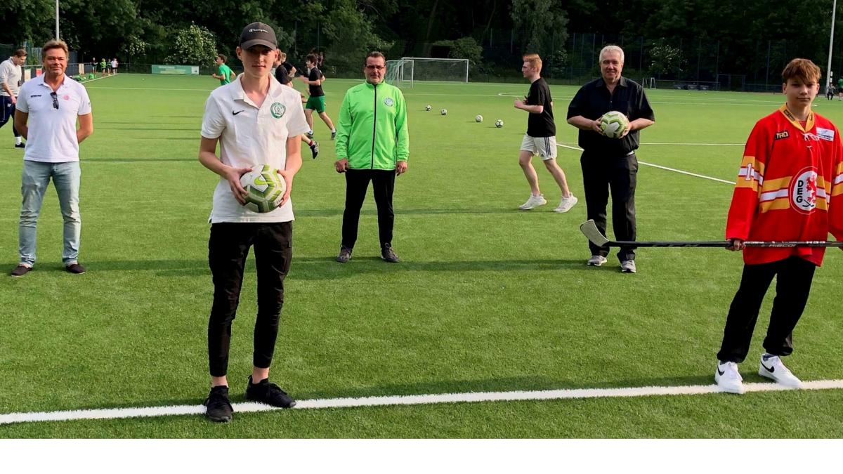 (v.r.n.l.): Leon Hümer (DEG U17), Peter Frymuth (2. Vorsitzender LSV), Torsten Eichwald (Geschäftsführer & Sportlicher Leiter Senioren-Fußball), Nico Hümer (LSV U17), Axel Pfannenmüller (2. Vorsitzender DEG E.V.)