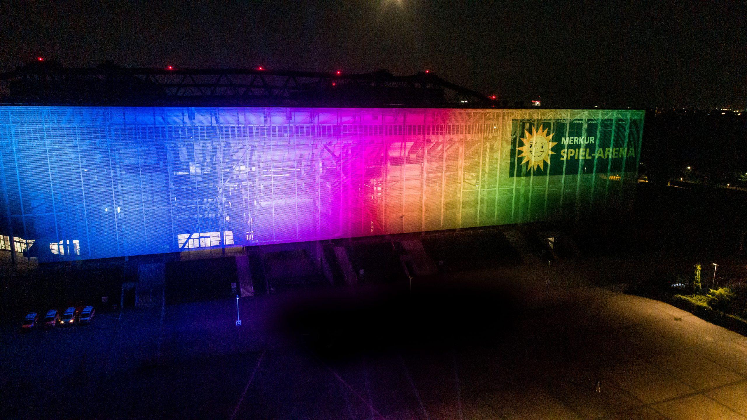 Regenbogenfarben auf MERKUR SPIEL-ARENA und Uniklinik-Gebäude